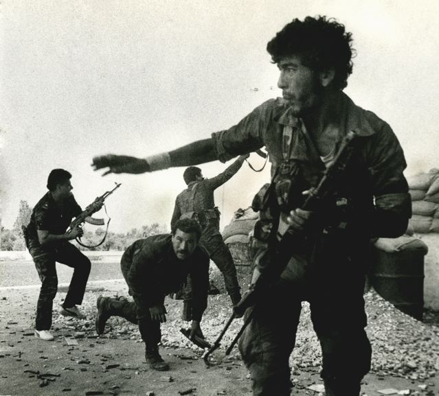 Aline Manoukian, the outskirts of the northern Lebanese city of Tripoli. These are pro-Syrian fighters of the Arab Democratic Party firing at a position of Tawheed, a fundamentalist Sunni Muslim group. (sept. 1985)